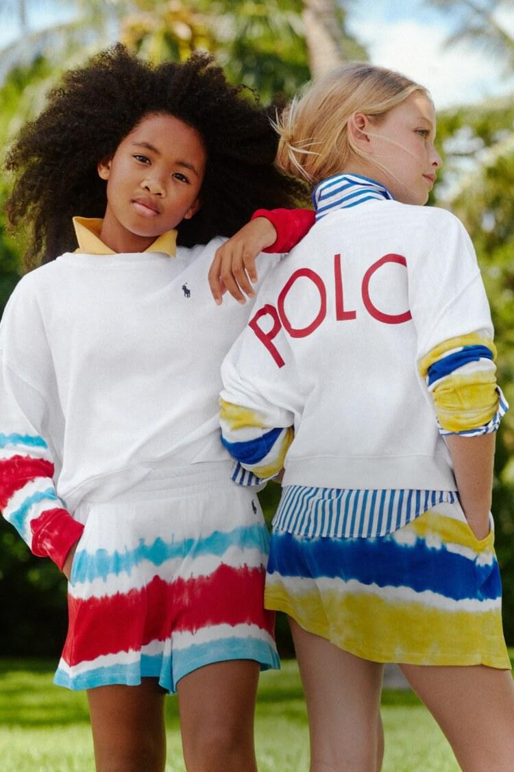 ポロのセーターを着た子供たち