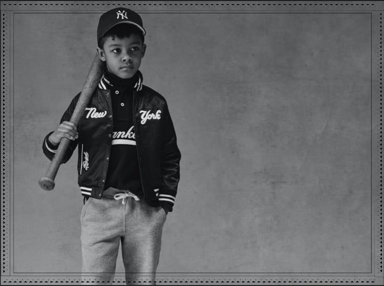 男の子がポロ ラルフ ローレン ヤンキース ジャケットを着た白黒写真