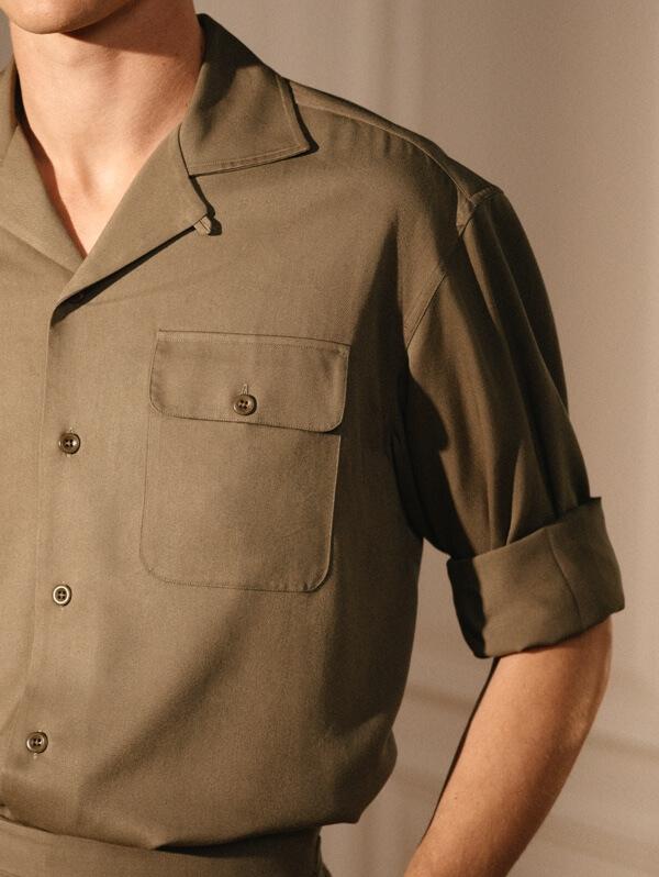 胸にボタン付きフラップポケットが付いたシルキーなボタンダウンシャツ